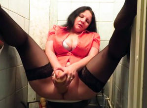 Mature in tights dildoing her poon in..